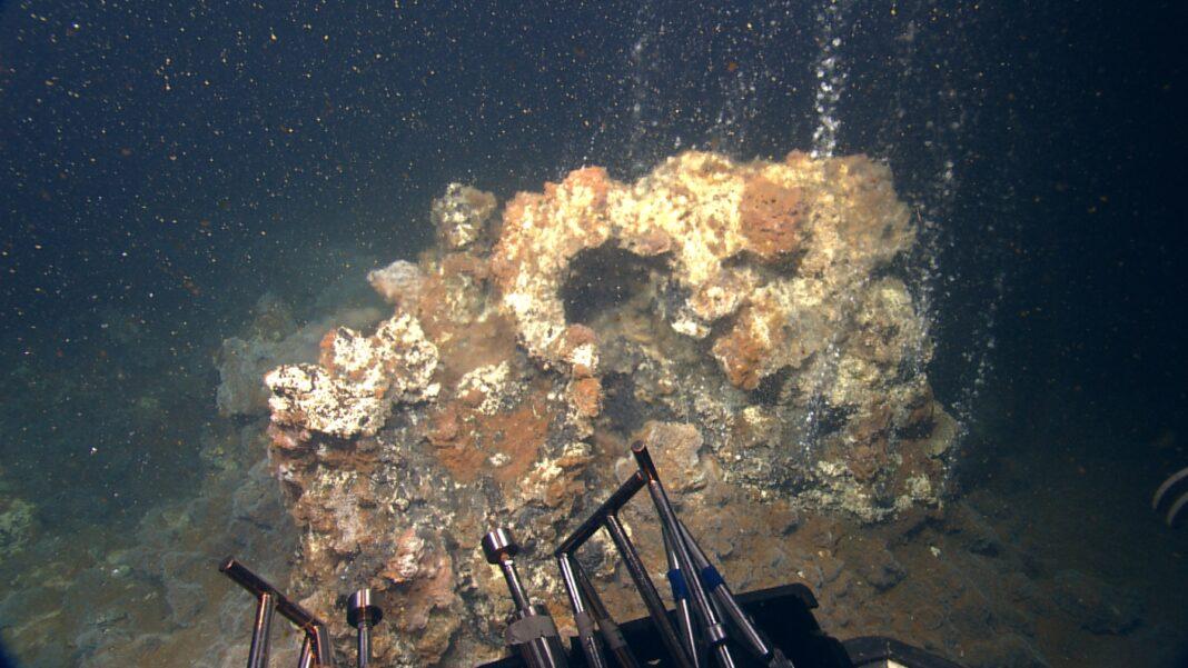 """Π. Νομικού-Σαντορίνη: Υποθαλάσσιο παρατηρητήριο στο ηφαίστειο Κολούμπο-""""Καμινάδες"""" και άγνωστα βακτήρια"""